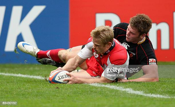 Iain Balshaw of Gloucester scores a try during the EDF Energy Cup match between Gloucester and Newport Gwent Dragons at Kingsholm on October 25, 2008...