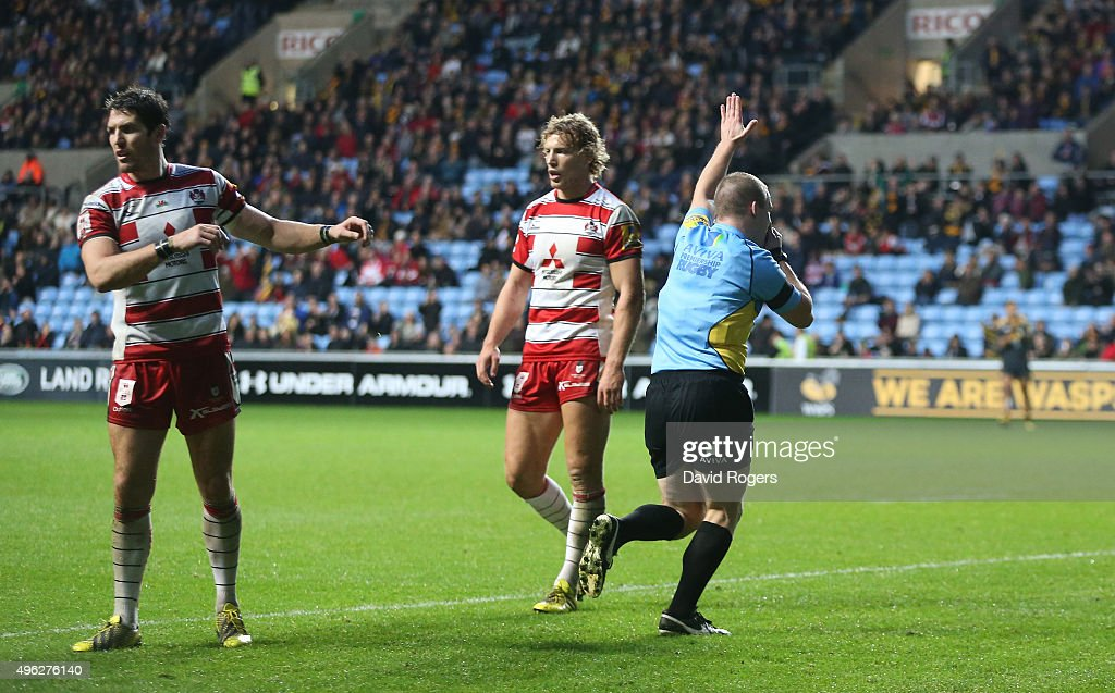 Ian Tempest, the referee, awards a penalty try to Wasps during the Aviva Premiership match between Wasps and Gloucester at The Ricoh Arena on November 8, 2015 in Coventry, England.