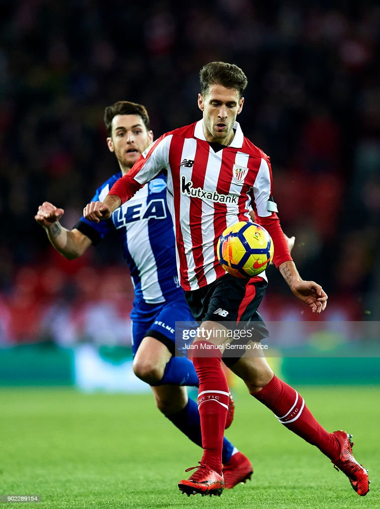 Ibai Gomez of Deportivo Alaves competes for the ball with Enric Saborit of Athletic Club during the La Liga match between Athletic Club Bilbao and Deportivo Alaves at San Mames Stadium on January 7, 2018 in Bilbao, Spain.