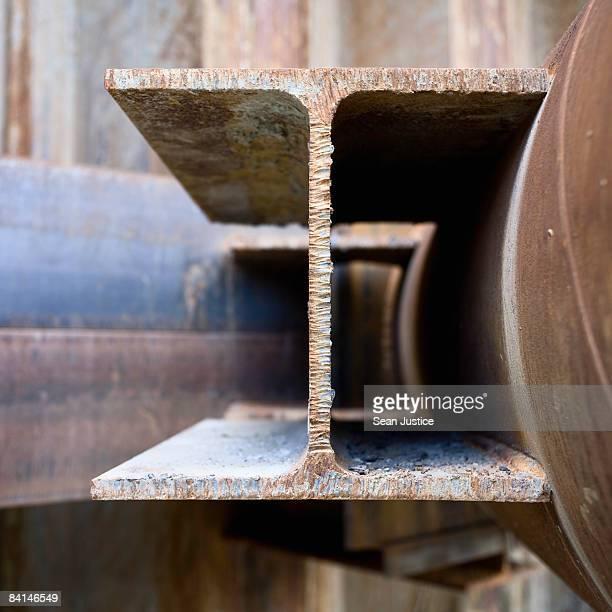i-beam welded to pipe. - viga i - fotografias e filmes do acervo
