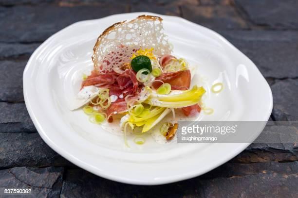 イベリコ生ハム アンディーブ サラダ - フランス文化 ストックフォトと画像