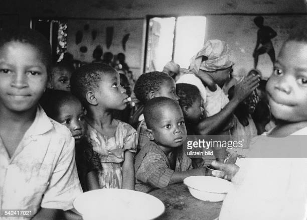 Ibi, Biafra, Kinder in einem Lager, wo sie Essen erhalten- 1969