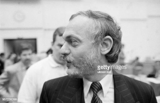 Ibrahim Böhme , Mitbegründer der Sozialdemokratischen Partei in der DDR, in einer Sitzungspause in der Volkskammer der DDR , aufgenommen im Frühjahr...