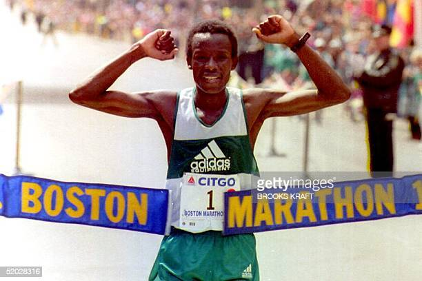 Ibrahim Hussein of Kenya, who won the Boston Marathon for the second consecutive year with a time of 2:08:14, crosses the finish line 20 April 1992...