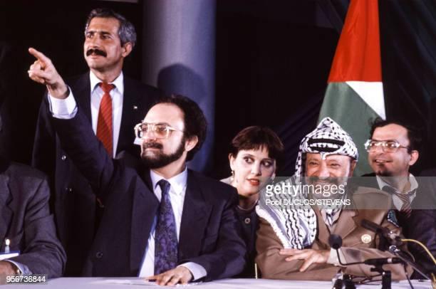 Ibrahim Souss représentant de l'OLP en France et Yasser Arafat lors d'une conférence de presse le 3 mai 1989 à Paris France
