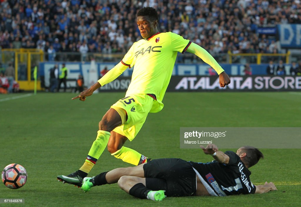 Ibrahima M Baye of Bologna FC competes for the ball with Marco D Alessandro of Atalanta BC during the Serie A match between Atalanta BC and Bologna FC at Stadio Atleti Azzurri d'Italia on April 22, 2017 in Bergamo, Italy.
