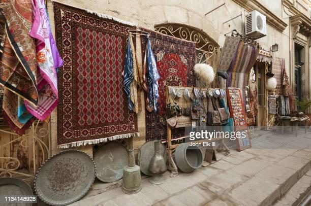 icari seher street scene with carpet-souvenir shop - アゼルバイジャン ストックフォトと画像