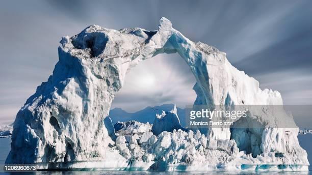 ice arch formation in disko bay - meteo estremo foto e immagini stock
