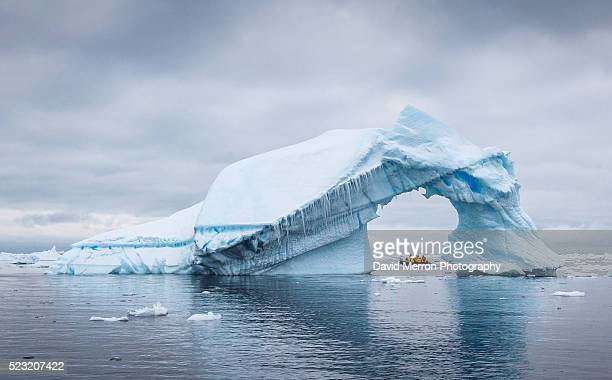ice arch - antarctique photos et images de collection