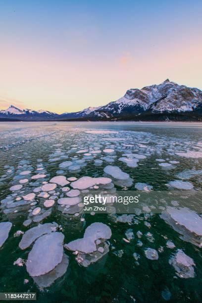 eisblase bei banff - see abraham lake stock-fotos und bilder