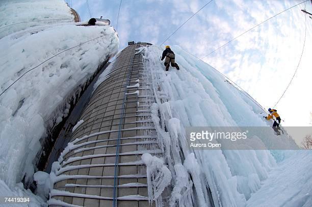 ice climbing on farm silos in iowa. - シダーラピッズ ストックフォトと画像