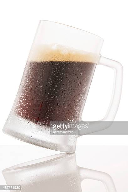 冷えたグラスで覆われたダークビールの雨滴結露