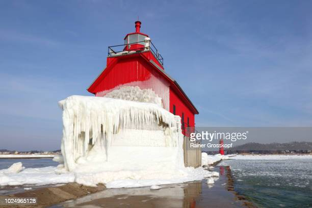 ice covered lighthouse on lake michigan in winter - rainer grosskopf fotografías e imágenes de stock