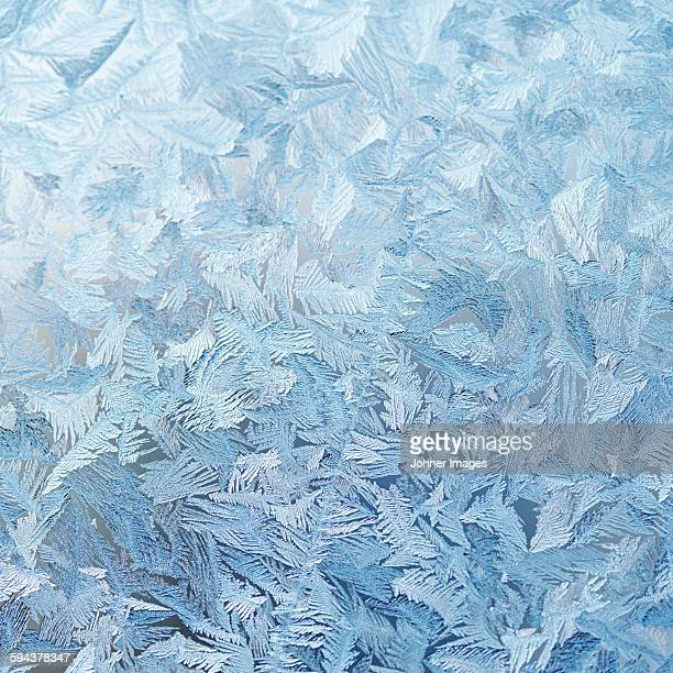 ice crystals on glass - glas materiaal stockfoto's en -beelden
