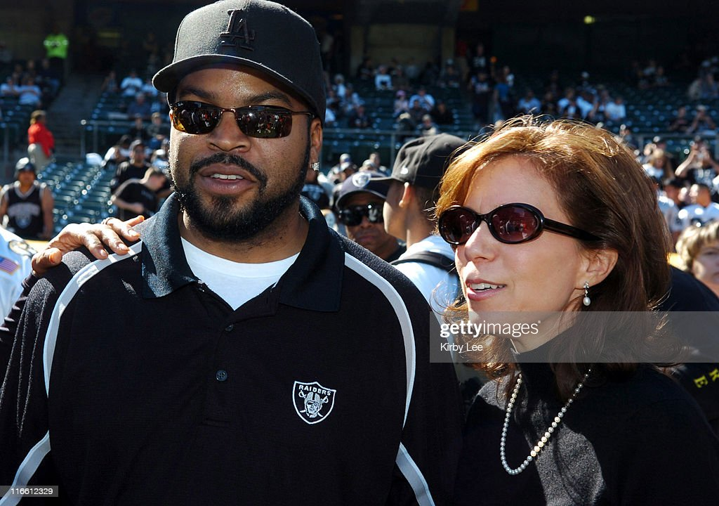 San Diego Chargers vs Oakland Raiders - October 16, 2005 : News Photo