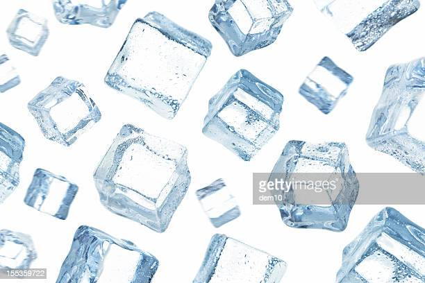 Cubes de glace tomber dans le ciel