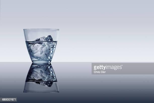 ice cube in glass of water - 水平アングル ストックフォトと画像