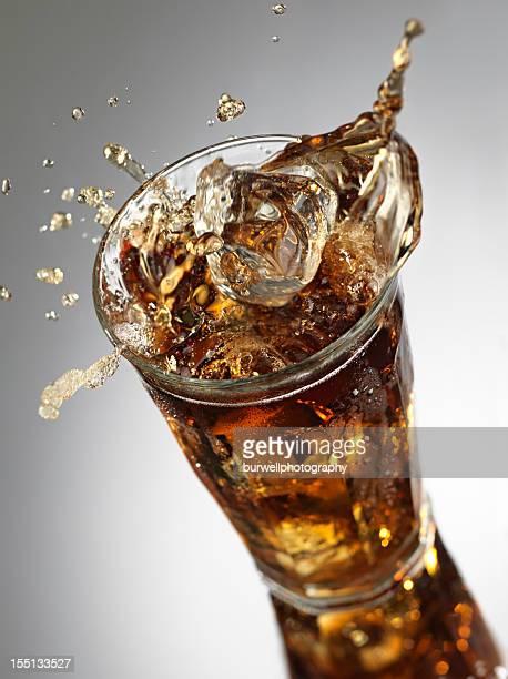 ice cube planschen in cola - pepsi stock-fotos und bilder