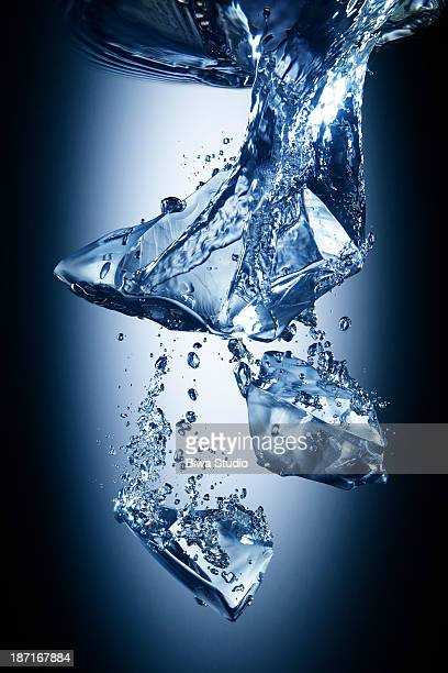 ice cubes falling in water - wasserform stock-fotos und bilder