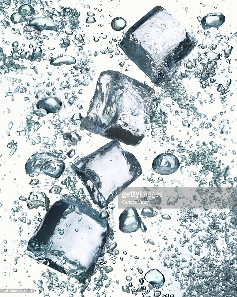 Ice cubes in bubbly water : Foto stock