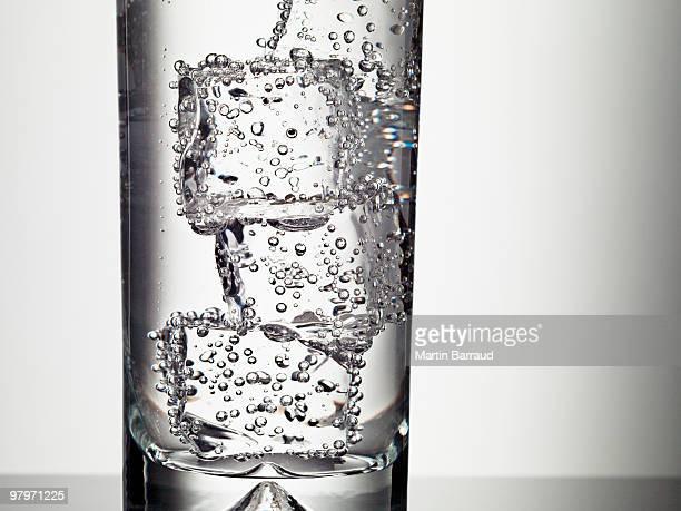 Eiswürfel in Glas Wasser