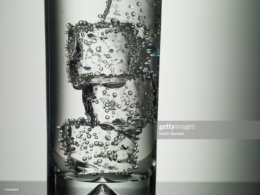 Cubos de gelo no copo de Uísque : Foto de stock