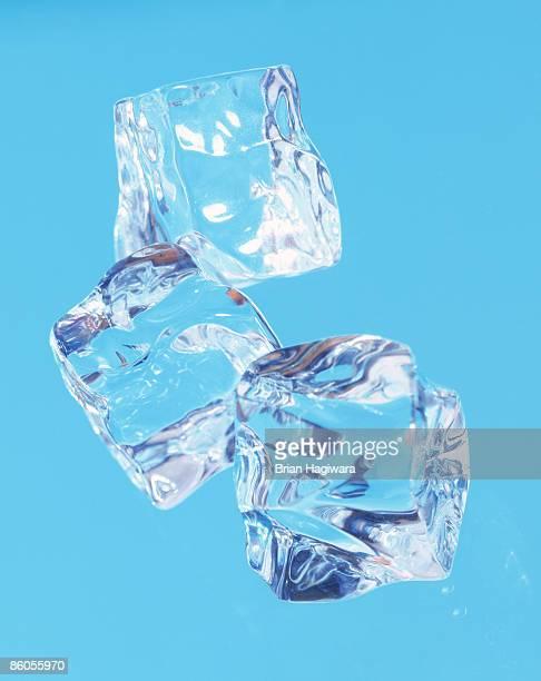 ice cubes - ice photos et images de collection