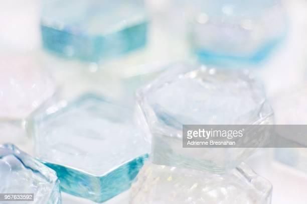 ice hexagons - geometria fotografías e imágenes de stock