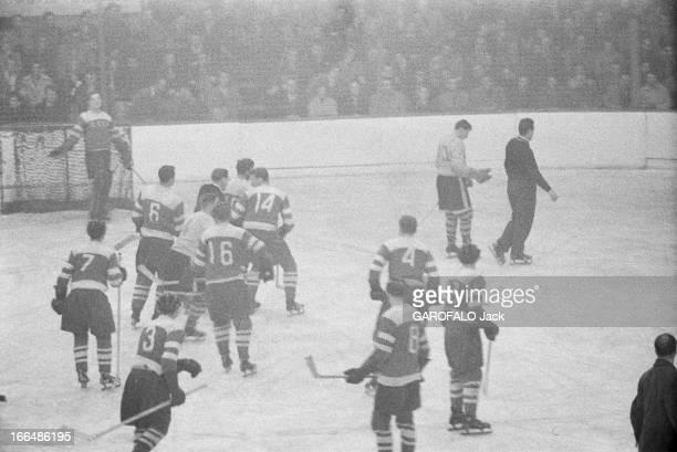 Ice Hockey Décembre 1955 Un match de hockey sur glace joueurs en tenue sur la glace