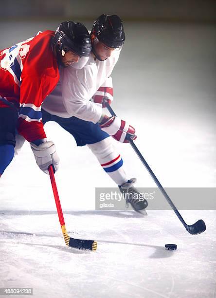 partita di hockey su ghiaccio. - difensore hockey su ghiaccio foto e immagini stock