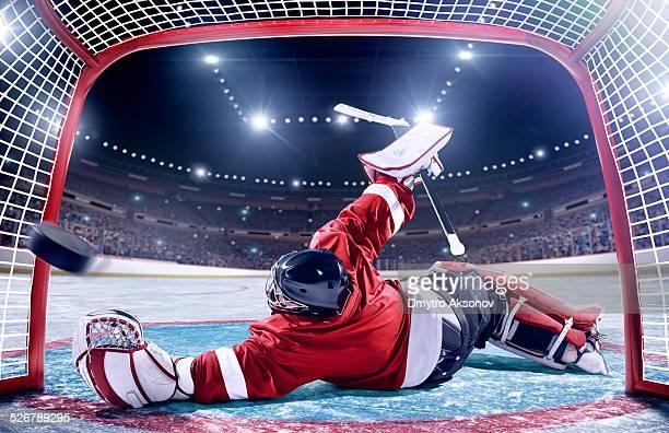 ice hockey game scoring - doelman ijshockeyer stockfoto's en -beelden
