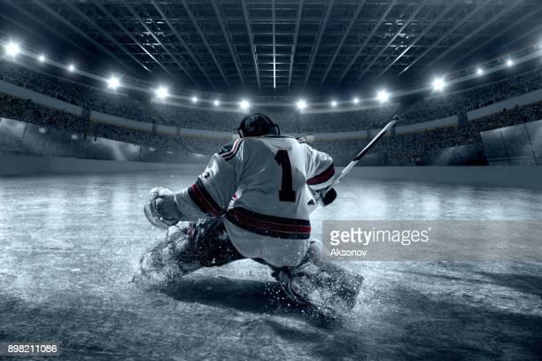 eishockey-torwart schützt das ziel. ansicht von hinten - eishockey stock-fotos und bilder