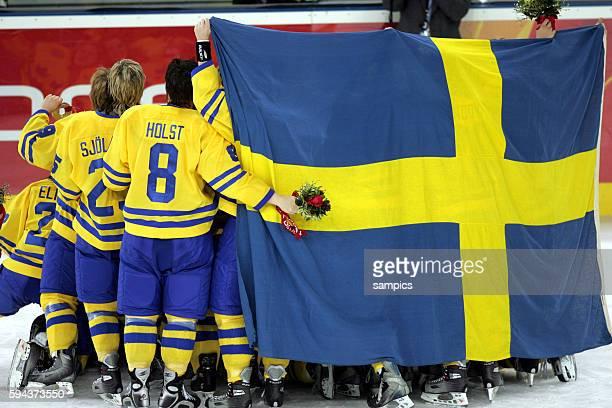 Eishockey Damen Finale Schweden Kanada 14 ice hockey ladies final goldgame Sweden Canada Schwedens Team geinnt die Silbermedaille und posiert fr die...