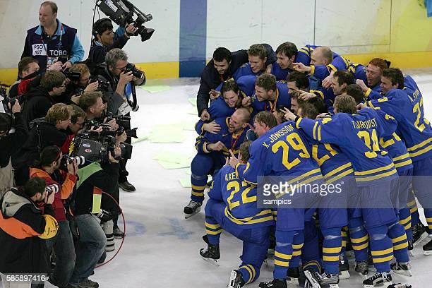 Finnland Schweden 23 Ice hockey men final Finland Sweden Schweden Jubel nach dem Sieg Gruppenfoto fr die Medien olympische Winterspiele in Turin 2006...