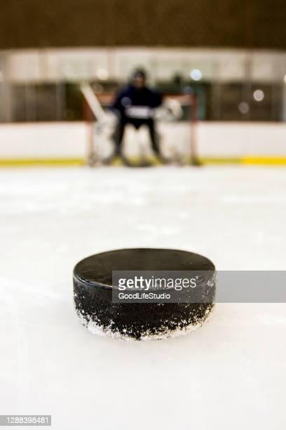 hockey su ghiaccio - difensore hockey su ghiaccio foto e immagini stock