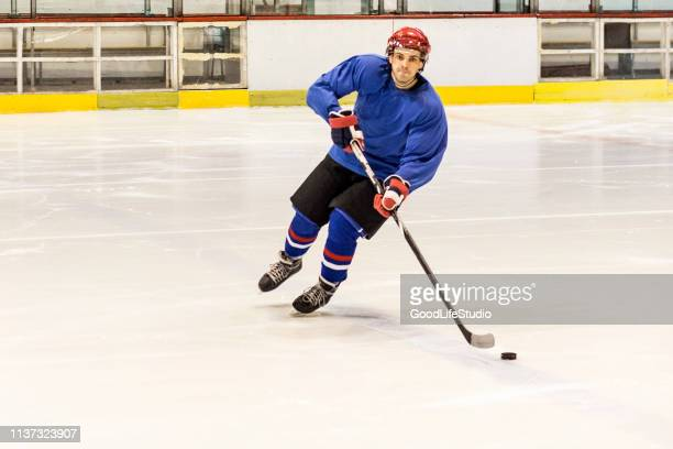 ice hockey player - 20 29 years stock pictures, royalty-free photos & images