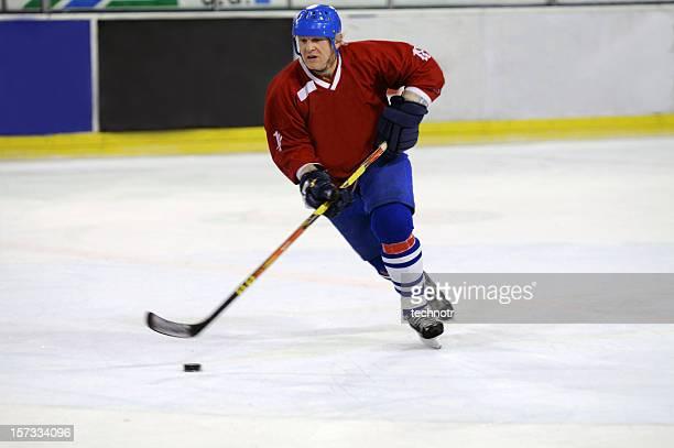 jugador de hockey sobre hielo - disco de hockey fotografías e imágenes de stock