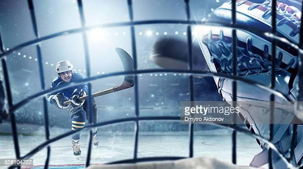 アイスホッケー選手 vs ホッケーゴールキーパー - アイスホッケースティック ストックフォトと画像