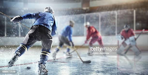 eishockey-spieler in aktion - eishockeyspieler stock-fotos und bilder