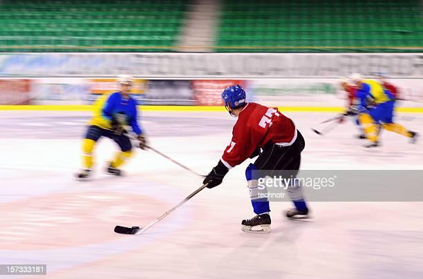 アイスホッケー選手の措置 - アイスホッケーグローブ ストックフォトと画像