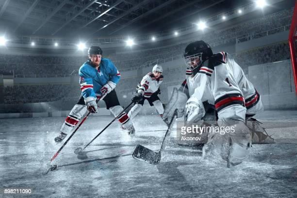大きなプロのアイス アリーナでアイス ホッケー選手 - ホッケー選手 ストックフォトと画像