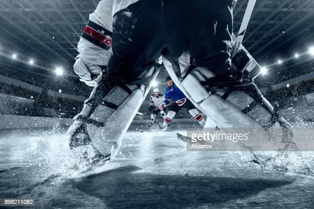 ishockeyspelare på stora professionella ice arena. visa från stadsporten hockey - hockeysport bildbanksfoton och bilder
