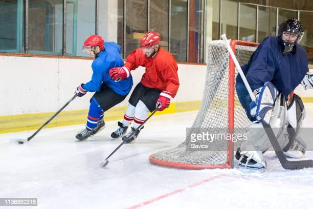 アイスホッケーの選手たち - アイスホッケーグローブ ストックフォトと画像
