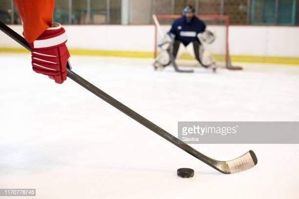 アイスホッケーをするアイスホッケー選手 - アイスホッケースティック ストックフォトと画像