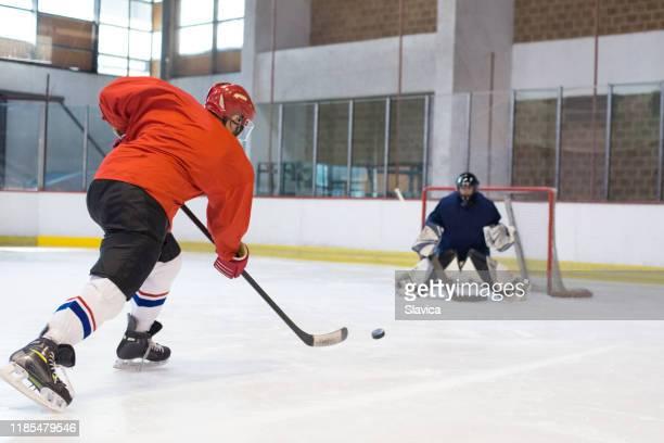 アイスホッケーをするアイスホッケー選手 - アイスホッケーグローブ ストックフォトと画像