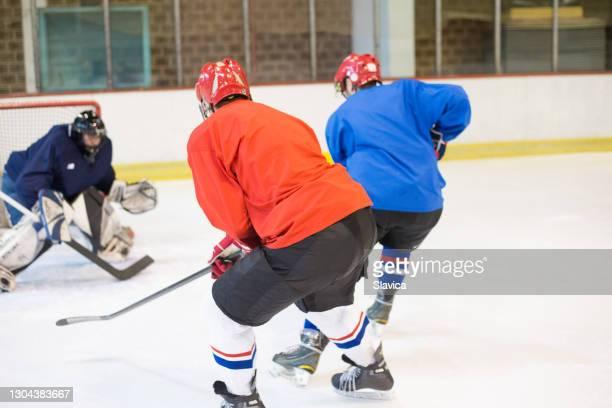 アイスホッケーをしているアイスホッケー選手 - アイスホッケーグローブ ストックフォトと画像
