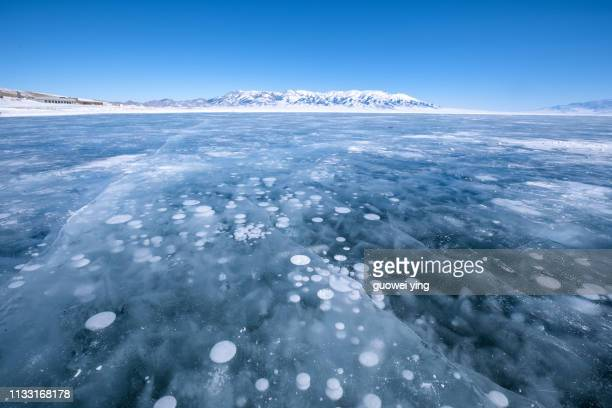 ice lake - ice bubbles - 湖 stock pictures, royalty-free photos & images