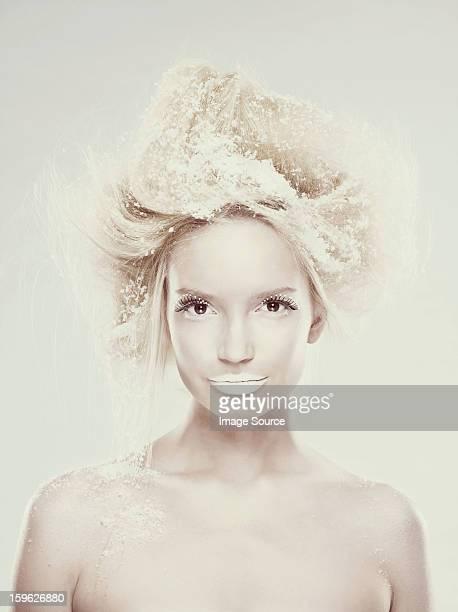 Ice maiden mit Schneeflocken in den Haaren