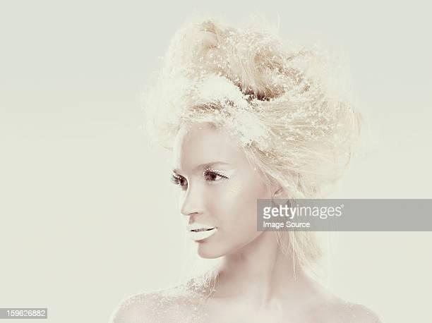 Reine des neiges avec flocons de neige dans les cheveux