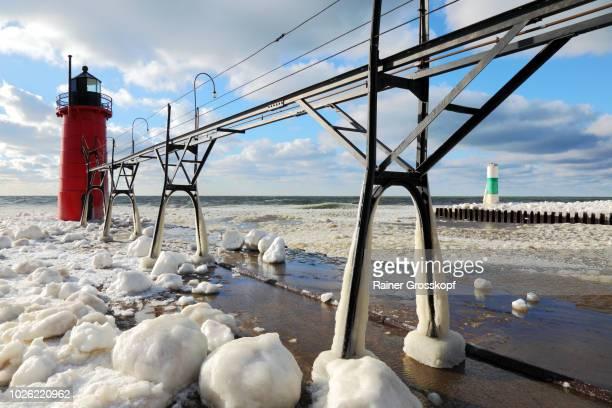 ice on frozen pier and lighthouse in winter - rainer grosskopf fotografías e imágenes de stock